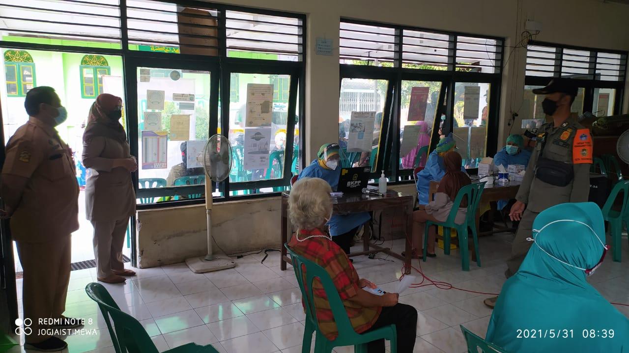Monitoring keg. Vaksinasi Massal Pusk. Gedongtengen di Balai RW Notoyudan